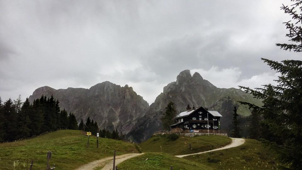 Mödlinger Hütte vor Bergkulisse