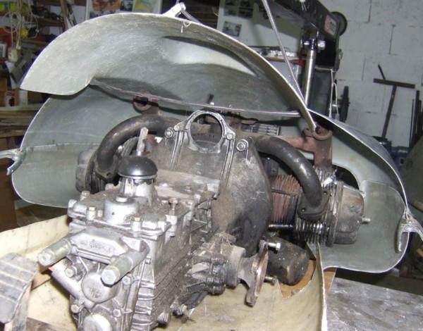 Le moteur de 2 CV trouve sa place sous le capot d'origine DB. L'emplacement du carburateur est un peu différent. Les pipes d'échappement passent trop près du capot. Il faudra les modifier et les faire sortir vers l'avant du moteur comme sur le DB.