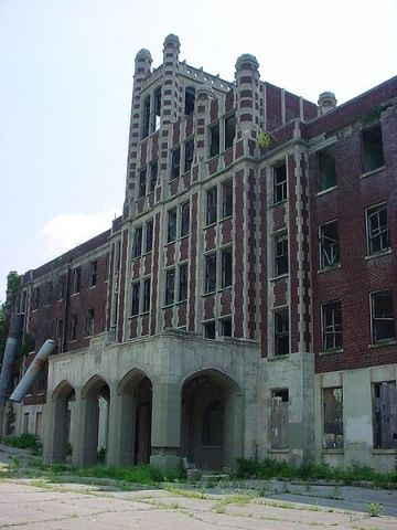 Waverly Hills, a former TB sanatorium in Louisville, is said to be haunted by the ghosts of the patients who died there (photo from Wikimedia Commons).