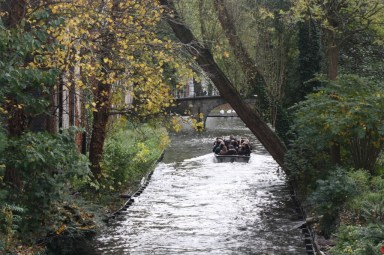 Boat tours wind their way through the canals of Bruges (Bob Sessions photo)