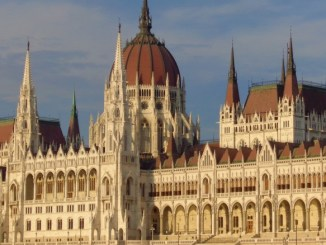 Parlamento visto sobre as águas do Danúbio. Budapeste, Hungria.