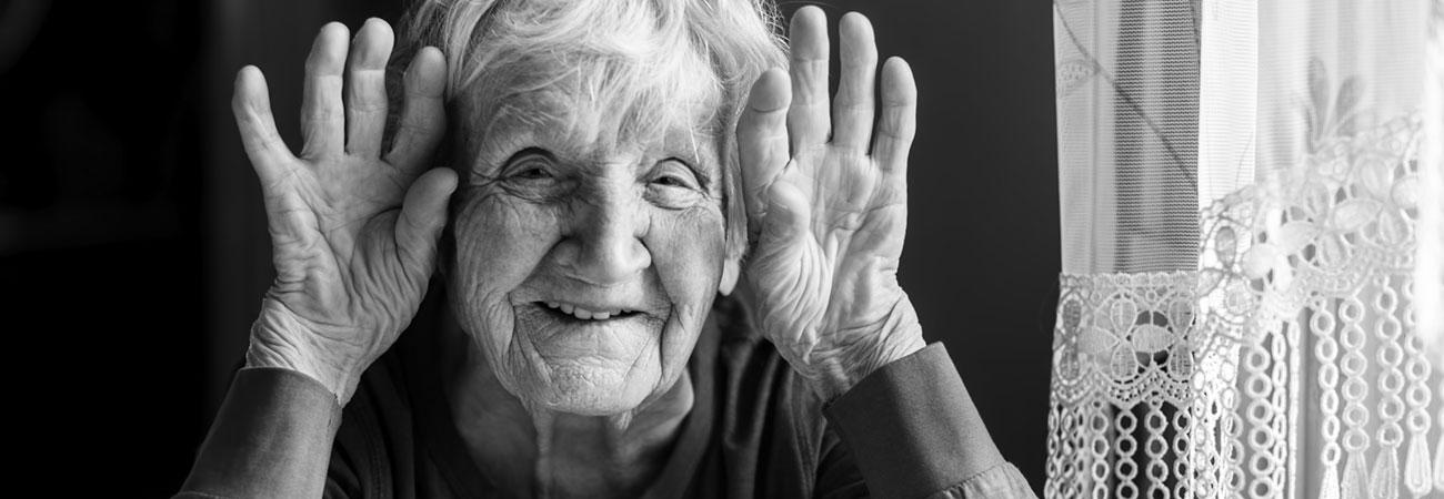 Une femme âgée qui sourit