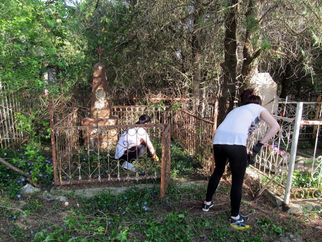 002 Девушки очистили могилку от кустов, веток, травы.
