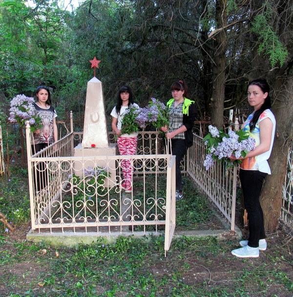 004 Возложили цветы к памятнику.