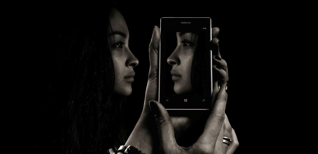 Psicologia nera specchio smartphone