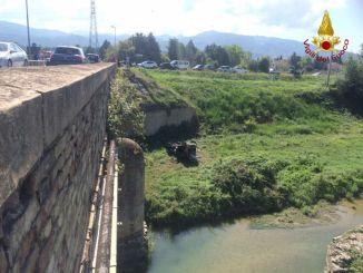 Auto precipita da ponte a Spoleto, 70enne ferito, non è grave