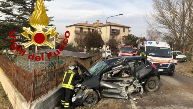 Incidente con ferito in località La Brunadi Spoleto, auto si schianta su muretto