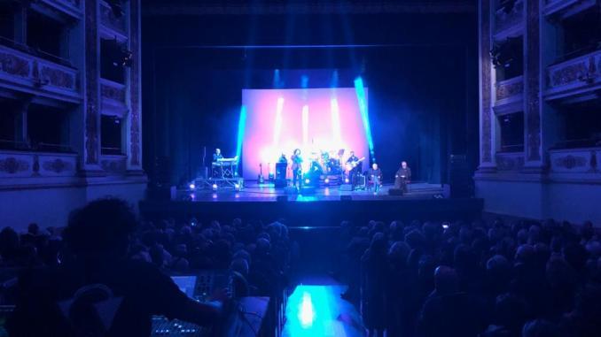 Mogol incanta il pubblico del Teatro Nuovo, concerto di beneficenza