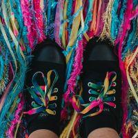 Kunst am Schuh: Schnürsenkel einfädeln