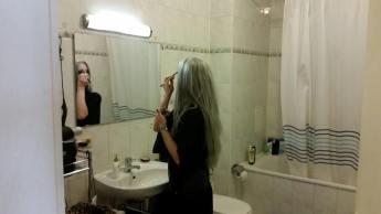 Izzie verwandelt sich im Badezimmer.