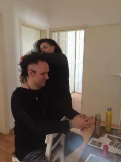 Orphi macht dem Wizard die Haare.