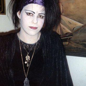Mit weißer Schminke zum perfekten Grufti-Look anno 1992- Gothic Berlin Bild #16