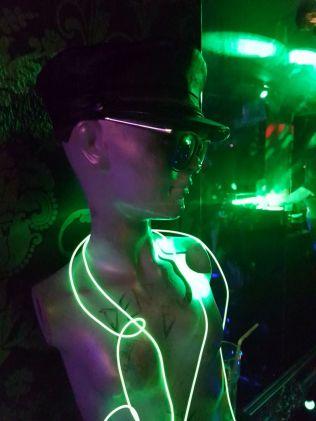 Neondeko mit Ledermütze, Sunglasses at Night und Neongedöns.