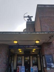 """Fun-Fact: Der Bogenschütze auf der Station """"East Finchley"""" markiert den Anfang des Tunnels für die Nothern Line und wurde in den 30er Jahren im Art Déco Stil gefertigt. Man sagt, er schieße einen Pfeil in Richtung Innenstadt, der am Ende des Tunnels wieder auftauchen soll. Dort wurde das Gegenstück aber gestohlen."""