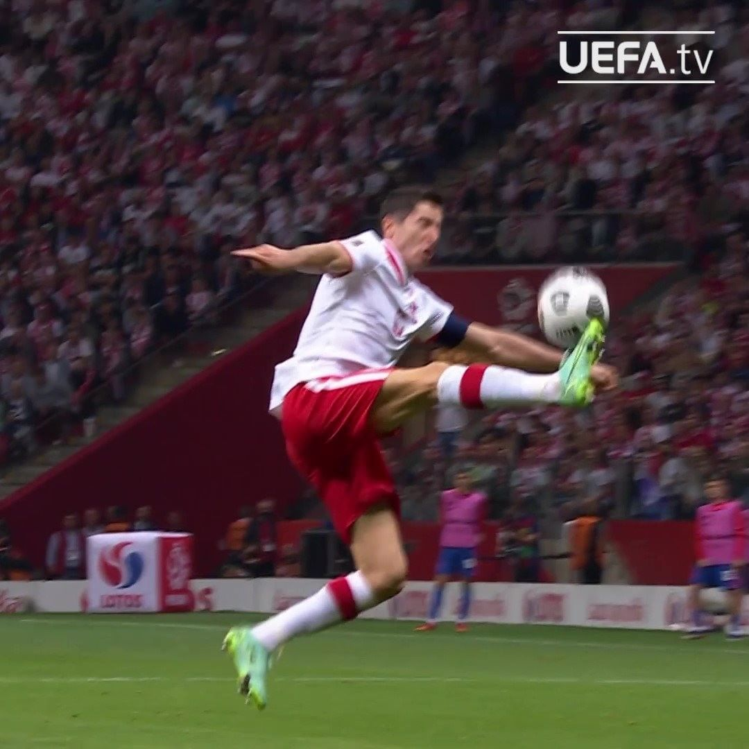 Rate the difficulty of this touch from 1-10!  Robert Lewandowski's ball control...