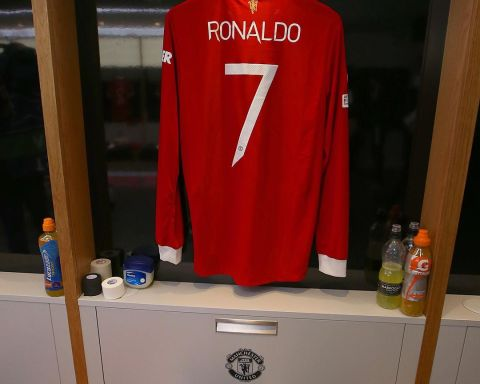 Ronaldo starts with Cavani on the bench. Happy with the lineup, United fans?  ...