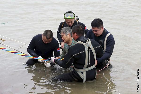 На реке Янцзы затонул пассажирский теплоход - фото 9 из 10