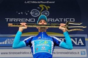 Vincenzo Nibali sul podio della Tirreno Adriatico (foto gazzetta.it)