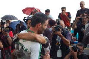L'abbraccio tra il neo campione italiano Tabacchi e Fontana subito dopo l'arrivo