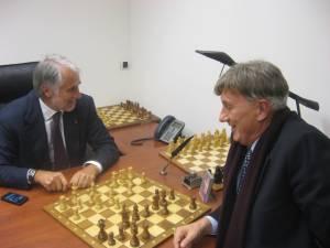 Malagò e Marzorati impegnati nella partita di scacchi
