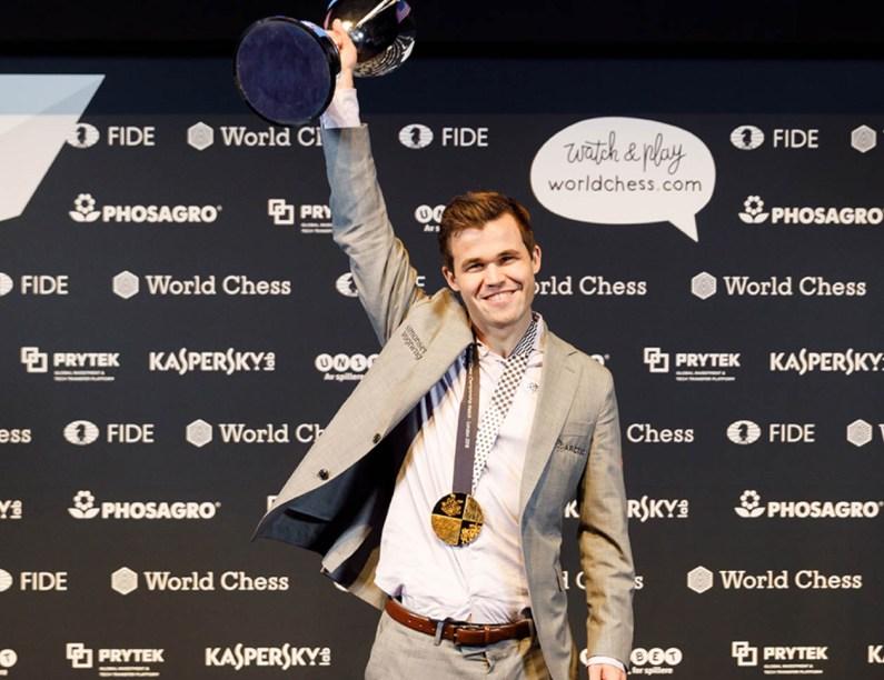 Mondiale di Scacchi, Carlsen travolge Caruana nel gioco veloce