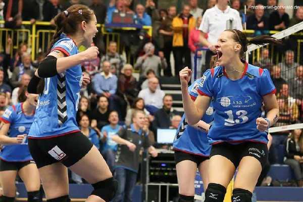Volleyball: Zurück im Meisterschaftskampf: Regina Mapeli Burchardt (rechts) und der VC Wiesbaden - Archivbild, Foto: Detlef Gottwald