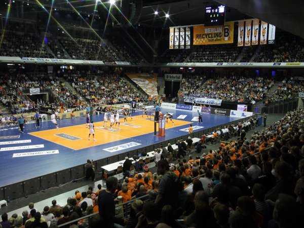 Volleyball-Finale: Berliner Volleyballtempel - Zum zweiten Finalspiel strömten wieder fast 8.000 Menschen in die Max-Schmeling-Halle - Foto: Eckhard Herfet/BR Volleys