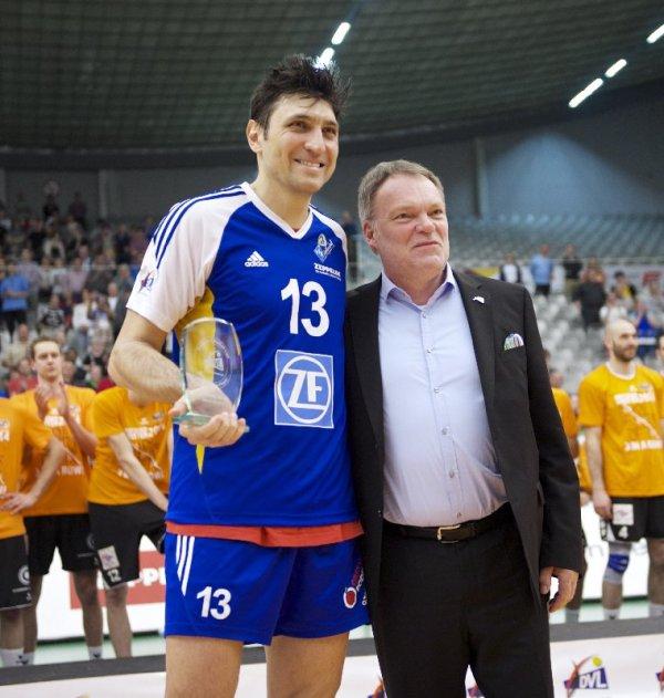 Volleyball Männer: MVP der Saison Ventzislav Simeonov mit DVL- Geschäftsführer Klaus-Peter Jung - Foto: Guenter Kram