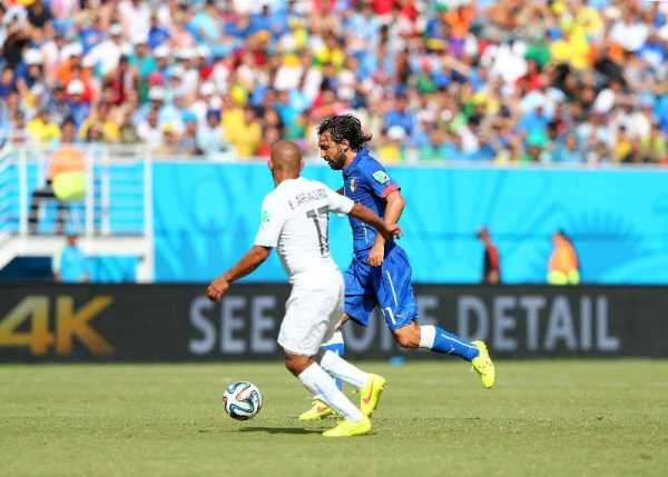 Fussball FIFA WM 2014: Im schwachen Nervenkitzel-Duell zweier Ex-Weltmeister sorgt Uruguay mit 1:0 für Italiens WM-Aus - Andrea Pirlo of Italy and Egidio Arevalo Rios of Uruguay compete for the ball during the 2014 FIFA World Cup Brazil Group D match between Italy and Uruguay at Estadio das Dunas on June 24, 2014 in Natal, Brazil. (Photo by Jamie Squire/Getty Images for Sony)