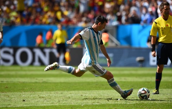 FIFA WM 2014: Argentiniens kompakter Erfolgs-Fußball besiegt souverän Belgien bei sehr guter Schiedsrichterleistung - Lionel Messi of Argentina takes a free kick during the 2014 FIFA World Cup Brazil Quarter Final match between Argentina and Belgium at Estadio Nacional on July 5, 2014 in Brasilia, Brazil. (Photo by Matthias Hangst/Getty Images for Sony)