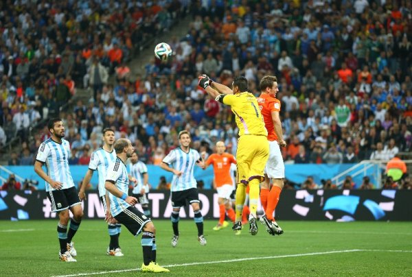 Fußball FIFA WM 2014: Argentinien siegt im Elfmeter-Krimi gegen die Niederlande und fordert Deutschland im WM-Finale heraus - Sergio Romero of Argentina punches the ball during the 2014 FIFA World Cup Brazil Semi Final match between the Netherlands and Argentina at Arena de Sao Paulo on July 9, 2014 in Sao Paulo, Brazil. (Photo by Ronald Martinez/Getty Images for Sony)