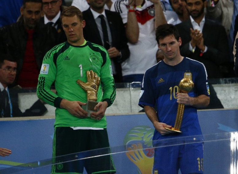 """Fußball FIFA WM 2014: Vierter Weltmeister-Stern für Deutschland nach genialem Götze-Moment – Lionel Messi mit """"Goldenem Ball"""" - Manuel Neuer of Germany receives the Golden Glove and Lionel Messi of Argentina receives the Golden Ball after the 2014 FIFA World Cup Brazil Final match between Germany and Argentina at Maracana on July 13, 2014 in Rio de Janeiro, Brazil. (Photo by Clive Rose/Getty Images for Sony)"""