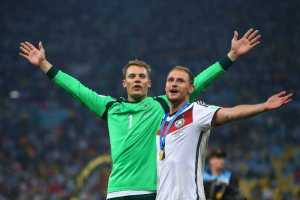 Fußball FIFA WM 2014: Lionel Messi, James Rodriguez und Manuel Neuer sind die besten WM-Fußballer - Manuel Neuer and Benedikt Hoewedes of Germany celebrate after the 2014 FIFA World Cup Brazil Final match between Germany and Argentina at Maracana on July 13, 2014 in Rio de Janeiro, Brazil. (Photo by Julian Finney/Getty Images for Sony)