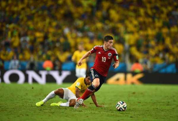 Fußball FIFA WM 2014: Brasilien mit verletztem Neymar erzittert sich WM-Halbfinale nach Sieg gegen Kolumbien - James Rodriguez of Colombia and Paulinho of Brazil compete for the ball during the 2014 FIFA World Cup Brazil Quarter Final match between Brazil and Colombia at Castelao on July 4, 2014 in Fortaleza, Brazil. (Photo by Jamie McDonald/Getty Images for Sony)
