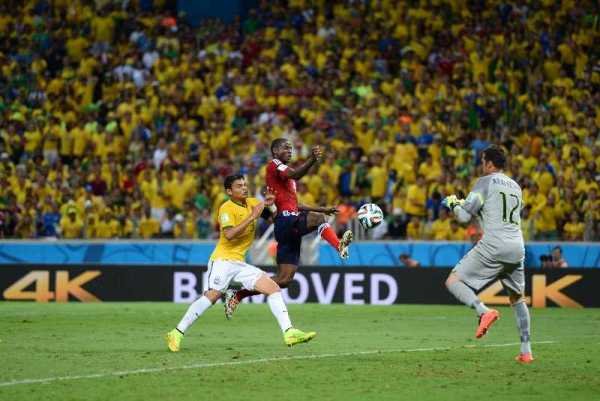 Fußball FIFA WM 2014: Brasilien mit verletztem Neymar erzittert sich WM-Halbfinale nach Sieg gegen Kolumbien - Adrian Ramos of Colombia competes against Thiago Silva and Julio Cesar of Brazil during the 2014 FIFA World Cup Brazil Quarter Final match between Brazil and Colombia at Castelao on July 4, 2014 in Fortaleza, Brazil. (Photo by Jamie McDonald/Getty Images for Sony)
