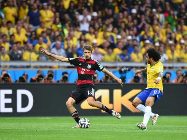 Fußball FIFA WM 2014: Deutschland ist schon Vizeweltmeister! Rekord-Titelträger Brasilien kontrolliert, filetiert und 7:1 deklassiert - Thomas Mueller of Germany and Marcelo of Brazil compete for the ball during the 2014 FIFA World Cup Brazil Semi Final match between Brazil and Germany at Estadio Mineirao on July 8, 2014 in Belo Horizonte, Brazil. (Photo by Buda Mendes/Getty Images for Sony)