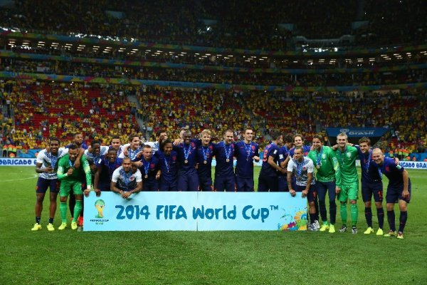Fußball FIFA WM 2014: Niederlande verdienter WM-Dritter – Brasilien mit 0:3-Debakel gut bedient - Netherlands players pose for photographs during the medal ceremony after the 2014 FIFA World Cup Brazil Third Place Playoff match between Brazil and the Netherlands at Estadio Nacional on July 12, 2014 in Brasilia, Brazil. (Photo by Robert Cianflone/Getty Images for Sony)