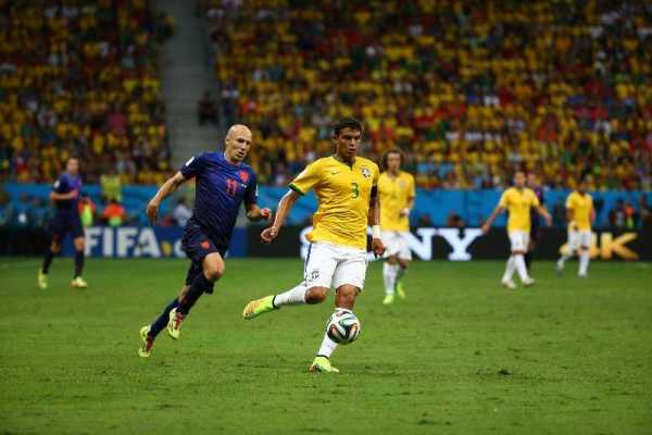 Fußball FIFA WM 2014: Niederlande verdienter WM-Dritter – Brasilien mit 0:3-Debakel gut bedient - Thiago Silva of Brazil and Arjen Robben of the Netherlands compete for the ball during the 2014 FIFA World Cup Brazil Third Place Playoff match between Brazil and the Netherlands at Estadio Nacional on July 12, 2014 in Brasilia, Brazil. (Photo by Robert Cianflone/Getty Images for Sony)