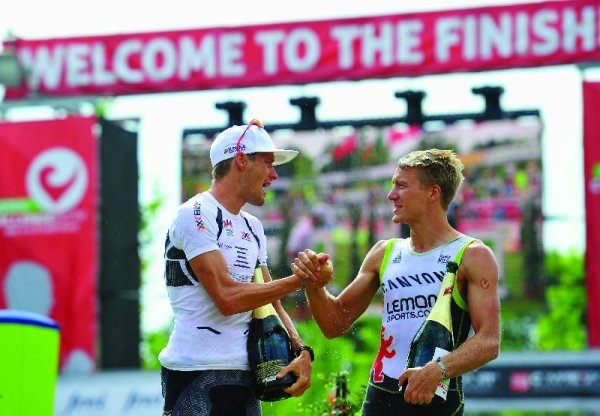 Herausforderungen: Roth-Triathlon - Timo Bracht of Germany (L) shakes hands with second placed Nils Frommhold of Germany after winning the Challenge Roth on July 20, 2014 in Roth, Germany. (Photo by Lennart Preiss/Getty Images)