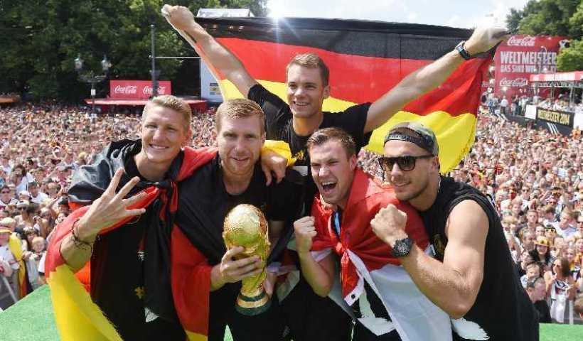 Fußball: Deutschland mit 18 Weltmeistern gegen Argentinien 8