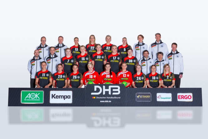 Handball DHB: Deutschlands Frauen-Nationalmannschaft. Hinten von links: Co-Trainer Jens Pfänder, Bundestrainer Jakob Vestergaard, Julia Behnke, Susann Müller, Shenia Minevskaja, Saskia Lang, Teammanagerin Grit Jurack, Torwarttrainer Jan Holpert. - Mitte: Physiotherapeut Christian Markus, Physiotherapeut Paul Jacob, Meike Schmelzer, Kim Naidzinavicius, Luisa Schulze, Anne Hubinger, Jennifer Rode, Teampsychologe Christian Heiss, Teamkoordinatorin Dorle Gassert, Mannschaftsarzt Dr. Matthias Klepsch. - Vorn: Xenia Smits, Franziska Müller, Alexandra Mazzucco, Clara Woltering, Dinah Eckerle, Katja Kramarczyk, Lone Fischer, Anna Loerper, Marlene Zapf. - Foto: Sascha Klahn/DHB