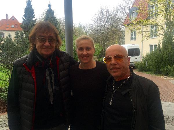 """HC Leipzig Shooterin Saskia Lang mit den Rocklegenden Dieter """"Maschine"""" Birr von den Puhdys und Toni Krahl von City - Foto: Saskia Lang (privat)"""