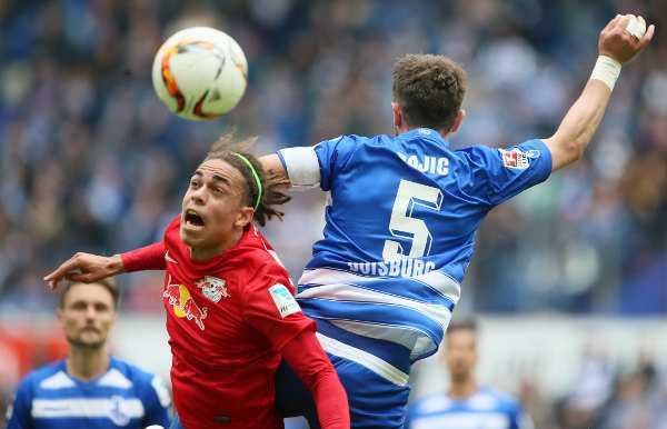 Deutsche Bundesliga, MSV Duisburg vs. RasenBallsport Leipzig - Yussuf Poulsen (RB Leipzig) und Branimir Bajic (Duisburg) - Foto: GEPA pictures/Roger Petzsche