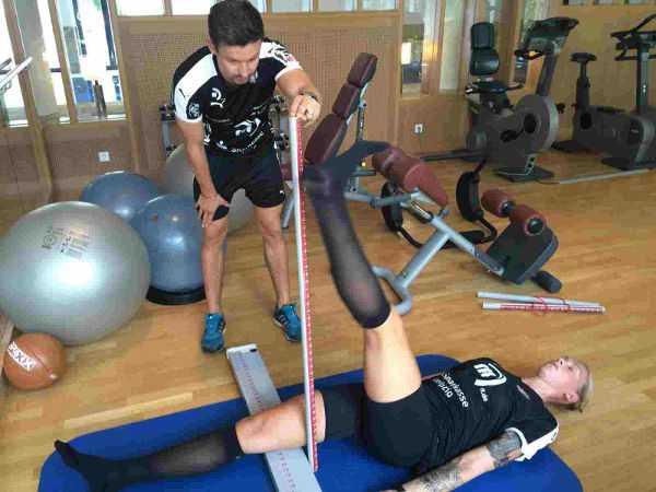 Athletik-Trainer Martin Franz beim FMS-Test mit Luisa Schulze - Foto: Sebastian Brauner