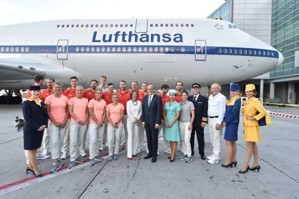 Olympia Rio 2016: Mitglieder der Deutschen Olympiamannschaft auf dem Rollfeld vor der Lufthansa-Maschine, die sie nach Rio fliegt. Foto: DOSB/Boris Roessler