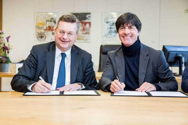 DFB-Präsident Reinhard Grindel und Joachim Löw - DFB und Bundestrainer Joachim Löw mit Vertragsverlängerung bis 2020 - Foto: gettyimages / DFB
