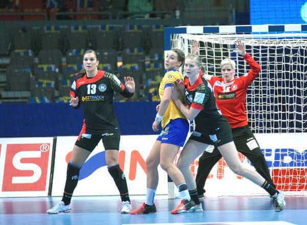Für Deutschland (v.l.): Julia Behnke, Kim Naidzinavicius und Clara Woltering - Handball EM 2016: Deutschland bezwang Schweden - Foto: Peter Jansen