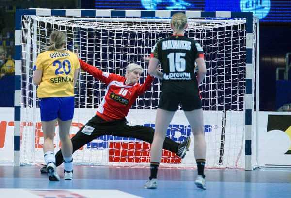 """Clara Wolterin mit Weltklasse-Leistung gegen Schweden - Handball EM 2016: Handball EM 2016: Bilanz der deutschen DHB-""""Ladies"""" nach EHF EURO - Nun wirklich """"richtiger Weg"""" - Foto: Peter Jansen"""