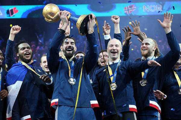 SPORT4FINAL JahresRückblick 2017 – die Höhepunkte: Nikola Karabatic (Frankreich - MVP) mit Weltmeister-Pokal - Handball WM 2017 Frankreich: Nikola Karabatic MVP und All-Star-Team - Foto: France Handball