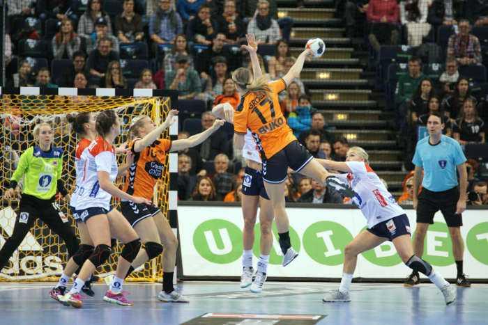Katrine Lunde und Cornelia Nycke Groot - Handball WM 2017 Deutschland - Halbfinale Norwegen vs. Niederlande - Foto: Jansen Media